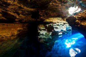Explorez le mystérieux le Poço Azul dans la Chapada Diamantina - © Lucas Ly